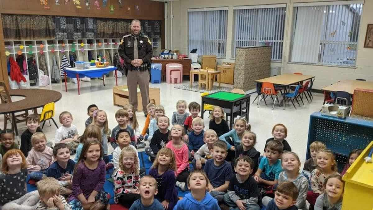 Det. Yancy Denning with a Pre-K class